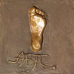 плита с отпечатком ноги Пугачевой